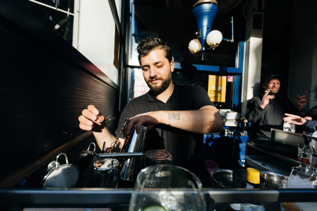 refugee-food-festival-brussels-2018-mixologist Elias Edlbi prepares a cocktail