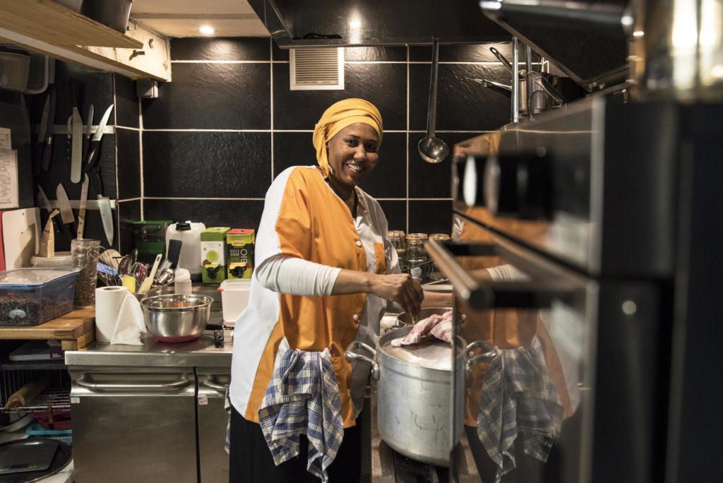 food-festival-lyon-Refugee Food Festival -LYON2018_-Les-Mauvaises-Herbes-x-Chef Aisha-Seid-Sahara-annebouillot-ConvertImage